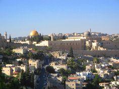 Le Dôme du Rocher, construit en 691 et recouvert d'or, trône sur l'esplanade des mosquées, qui se situe sur la plateforme du Temple de Jérusalem. Un lieu où se rencontrent les trois grandes religions monothéistes. Selon les musulmans, c'est d'ici que Mahomet aurait rejoint les cieux.
