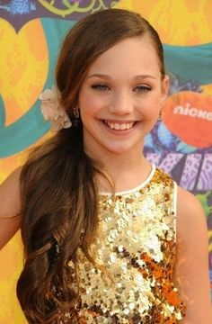 Maddie Ziegler attends the 2014 Kids Choice Awards . . omg this pic is perf<3 my new favorite maddie is pretty!