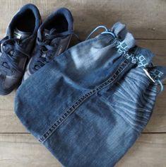 Sac à chaussures en denim, sac à vêtements - fait de tissus recyclés Couture, Creations, Etsy, Fashion, Denim Shoes, Recycled Leather, Scrap Fabric, Fabrics, Physical Education Activities