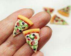 Pizza boucles d'oreilles - bijoux alimentaire pizza, boucles d'oreilles pizza, boucles d'oreilles de nourriture, nourriture miniature, kawaii bijoux, par ThisCharmingStuff sur Etsy https://www.etsy.com/fr/listing/279983712/pizza-boucles-doreilles-bijoux