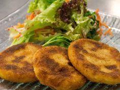 Ein Originalrezept von 1908 Die Kartoffelkoteletten sind durch die Verbindung von Kartoffeln und geriebenem Käse, wunderbar fein im Geschmack. Ein Leibgericht von mir. Auch Kinder werden begeistert davon sein. Die Kartoffelkoteletten eignen sich als Hauptgang wie auch als Beilage. Die angegebene Zubereitungszeit ist inklusive dem Kochen der Kartoffeln.