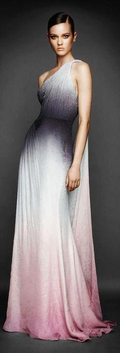 Simplesmente divino! Boa inspiração para madrinhas que estão em busca de um vestido perfeito para a... pinned with Pinvolve