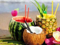 Aprenda como fazer batidas - doces e saborosas - e que agradem a todos. Pode ser de melancia, de coco e de abacaxi, mas o charme é servi-las na própria fruta! Foto: Reprodução/Pinterest