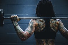 Begin your love affair with strength training and try powerlifting for women with this guide. Michael Phelps, Arnold Schwarzenegger, Bodybuilding Tattoo, Female Bodybuilding, Jump Rope Workout, Bone Strength, Michelle Lewin, Fitness Transformation, Powerlifting