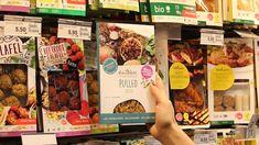 Tofu, Vegi-Schnitzel und veganes Hackfleisch werden immer beliebter. Mittlerweile ist jeder sechste im Laden verkaufte Burger pflanzlich. Das zeigt der erste Schweizer Tofu-Report.