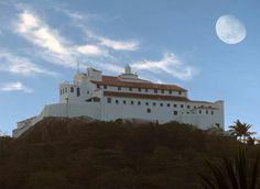 A lua crescente pairando no alto do Convento da Penha Eleva ainda mais à fé de grande parte do povo capixaba.  --Gessimar