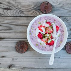 Chia Seed Porridge with Strawberries - Recipe by Linda Lomelino What's For Breakfast, Breakfast Bowls, Breakfast Recipes, Breakfast Cereal, Breakfast Smoothies, Pitaya, Raw Food Recipes, Cooking Recipes, Healthy Recipes