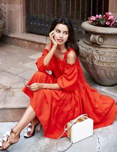 Entre encolure Bardot, cordelette aux poignets et orange suave, cette petite robe a tout bon (photo VivaLuxury)