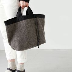 ウールのぬくもりが 季節を感じさせてくれる「RINEN|トートバッグ」 ▶︎こちらのアイテムはキナリノモールで販売中!商品へのリンクはプロフィールからご覧下さい。 リネン定番のヘリンボーン編みが秋冬にピッタリのアイテム。 上部は巾着式になっていて、開閉がらくらくで荷物も見えないので安心です。 巾着の部分を内側に織り込んで使用するのもOK。大きく開くので荷物が出し入れしやすいです。 見た目はコンパクトながら大容量ですので、ママバッグにもおすすめです。 #トートバッグ #RINEN #bag #バッグ #シンプル #ナチュラル #秋冬 #ファッション #コーディネート #お出かけ #instafashion #暮らし #キナリノモール #キナリノ https://kinarino-mall.jp/item-4337