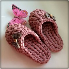 You can crochet a pair of slippers in one evening! Crochet T Shirts, Crochet Diy, Crochet Crafts, Crochet Clothes, Crochet Sandals, Crochet Boots, Crochet Slipper Pattern, Knit Shoes, Crochet Slippers