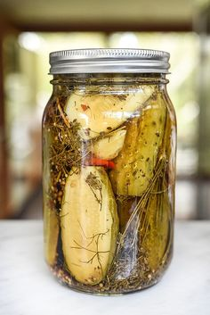 Killer Spicy Garlic Dill Pickles - A healthy dose of fresh, peeled garlic cloves, a homemade pickling spice recipe and hot peppers give these dill pickles a seriously delicious kick. Chutneys, Superfood, Garlic Dill Pickles, Pickled Garlic, Pickled Eggs, Russian Dill Pickle Recipe, Kosher Pickles, Dill Weed, Canning Recipes