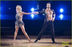 """Peta Murgatroyd and Nyle DiMarco dance cha cha to DNCE's """"Cake by the Ocean"""" season 22 Dancing With the Stars."""