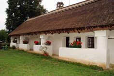 Ilyen a magyar feng shui Fachada Colonial, Heart Of Europe, Thatched Roof, Tropical Houses, Traditional House, Feng Shui, My Dream Home, Countryside, Pergola