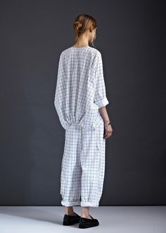 // Kowtow Configuration Shirt The main feature of this shirt is the drawcord back hem, where you can choose your gather and wear the shirt as you like. Fashion Week, Look Fashion, Fashion Details, Womens Fashion, Fashion Trends, Tienda Fashion, Paris Couture, Design Textile, Fashion Designer