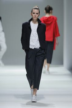 Tot-hom_SS15_10 #tothom #pretaporter #elegancia #modamujer #moda #fashion #desfile #ss15 #Barcelona #Madrid #tendencia #model #modelo #minimal #lineasrectas #abrigosanchos #pantalon #vestido #oversize #troquelada #colorpastel #colorvivo