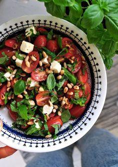 fetaost sallad med tomat och basilika Veggie Recipes, Vegetarian Recipes, Healthy Recipes, Lchf, Good Food, Yummy Food, Food Tasting, Food Humor, Foods To Eat