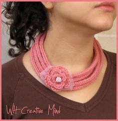 I-cord necklace: collana con tubolare lavorato a maglia e fiore all'uncinetto