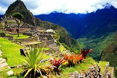 Machu Picchu abriga as ruínas da capital do império Inca, localizada em uma na cordilheira dos Andes.