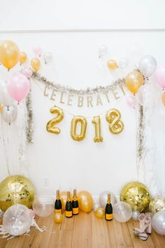 DIY: A Balloon Photo Backdrop for New Year's Eve! | New Year's | Balloon Time Helium Tanks