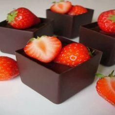 Cubos de chocolate com morango (moldados em cubas de gelo - fantástico!)