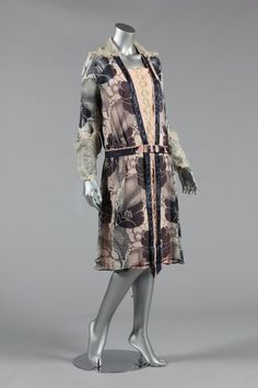 Paul Poiret printed chiffon afternoon dress, the print by Raoul Dufy, circa 1924 Kerry Taylor Auctions Archives 20s Fashion, Art Deco Fashion, Retro Fashion, Vintage Fashion, Fashion Design, French Fashion, Fashion History, Fashion Ideas, Historical Costume