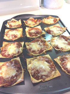 Mini Lasagna 16 oz ground beef (90% lean) 1 can Hunts Garlic and Onion Spaghetti Sauce (or equivalent) 1 tsp dried oregano, divided ½ tsp dried basil 2 cups part skim ricotta cheese (or cottage cheese) 24 small square wonton … Continue reading →