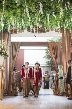 Wedding Venues Modern Brides Ideas For 2019 Javanese Wedding, Indonesian Wedding, Foto Wedding, Dream Wedding, Kebaya Wedding, Best Wedding Songs, White Wedding Decorations, Indoor Wedding, Garden Wedding
