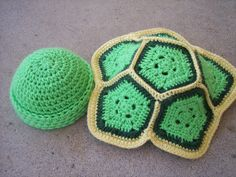Yaaay! A free crochet pattern for a newborn turtle shell & beanie! I wonder if there should be a strap to keep the shell in place though?