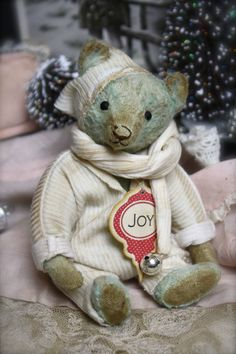 Hug Me Again Collectibles - Small Hug Me Again collectible Teddy bear, Traditional style and well aged.
