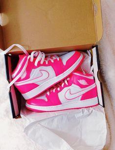 Jordan Shoes Girls, Girls Shoes, Cute Sneakers, Shoes Sneakers, Nike Air Shoes, Aesthetic Shoes, Hype Shoes, Fresh Shoes, Pretty Shoes