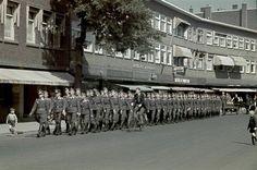Nagtegaalstraat 1942. Een groep marcherende soldaten van de Luftwaffe.