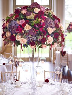 This large centrepiece will dazzle your wedding guests.