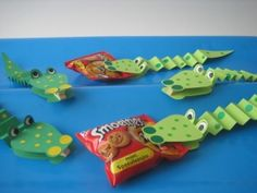 KROKODIL - traktatie. Kan van alles tussen de bek stoppen School Birthday Treats, School Treats, Birthday Snacks, Party Treats, Party Snacks, Diy For Kids, Crafts For Kids, Preschool Snacks, Safari Party