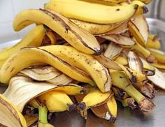 When we eat a banana, we naturally throw away its peel. Well, here are some surprising uses of banana peels and their effects which may be unknown to you. Organic Fertilizer, Organic Gardening, Gardening Tips, Orchid Fertilizer, Gardening Books, Gardening Gloves, Banana Peel Uses, Psoriasis Diet, Eating Bananas