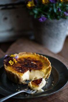 Crème Brûlée Tarts (www. Tart Recipes, Sweet Recipes, Dessert Recipes, Cooking Recipes, Hotdish Recipes, Appetizer Recipes, Sweet Pie, Sweet Tarts, Plated Desserts