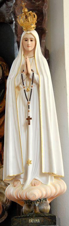 Nossa Senhora de Fátima - estátua em madeira, muito bonita, possivelmente feita em Fátima mesmo.