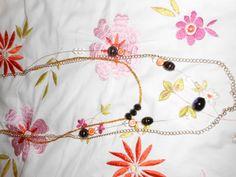 Un collier fait de chaîne et de perle de verres!