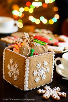 On Wonderful Christmas evening all of us enjoy colorful, crunchy cookies… these festive cookies are so attractive that we can't resist eating them… Christmas Cookies Gift, Christmas Gingerbread House, Christmas Sweets, Christmas Cooking, Gingerbread Cookies, Christmas Crafts, Cookie Box, Cookie Gifts, Iced Cookies