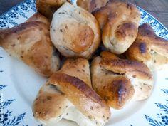 En vous baladant sur les marchés de l'Aveyron ou en entrant dans certaines boulangeries, votre regard sera peut-être attiré par ces «biscuits» à la forme bizarre. Certains d'entre vous seront peut-être aussi attirés par leur odeur anisée.   Les échaudés de l'Aveyron sont des biscuits triangulaires, ou en forme d'anneaux, aux graines d'anis. Leur …