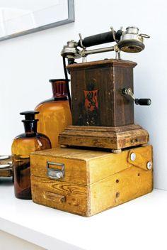 Beboeren har valgt å innrede med bruk av mange gamle gjenstander, de fleste arvet. Ting som en gammel telefon, en liten kiste og brune glassflasker skaper særpreg og sjarm i leiligheten.