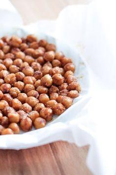Krydrede kikærter er en nem snack at lave i ovnen eller på panden. Vælg dit yndlingskrydderi og 20 min. efter er der nemme, sunde snacks. Både til hverdag og fest.