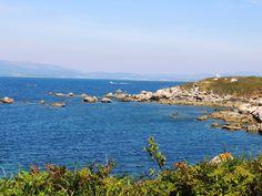 La entrada de la ría de Arousa.  Lo que se ve al fondo cubierto de niebla, es la provincia de La Coruña. la parte más cercana es la provincia de Pontevedra.