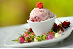 Roses with raspberry and pistachio - at Mil Frutas