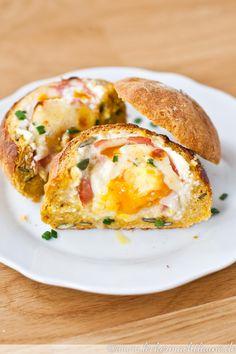 Gebackene Eier im Brötchen