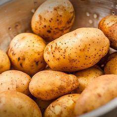 Verlies jij ook altijd zo veel tijd met het schillen van je aardappelen? Dat is verleden tijd dankzij deze handige truc! Maak een kleine inkeping rondom rond je aardappel. Kook ze vervolgens gaar zoals gewoonlijk. Laat ze na het koken een beetjeafkoelen.Dankzij de inkeping kan je nu de aardappel supersnel schillen! Smakelijk!