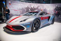 Pod jego maską tkwi potężny silnik o mocy 650 koni mechanicznych. W nieco ponad trzy sekundy rozpędza się do stu kilometrów na godzinę.To samochód Hussarya GT Powstał prawdziwy demon na kołach, który jest szybszy i silniejszy niż legendarne Ferrari 458 Italia. Dwuosobowe luksusowe auto ma fantastyczną sylwetkę, jego nadwozie wykonano z wyjątkowo wytrzymałego włókna węglowego, Ferrari 458, Vehicles, Car, Sports, Hs Sports, Automobile, Sport, Autos, Vehicle