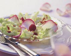 Schnittsalat an Himbeer-Rosen-Vinaigrette