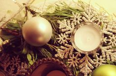 #Adventskranz Sammle lange, leicht biegsame Nadelbaumzweige und verbinde diese in Kreisform mit einer schönen Lichterkette. Anschließend kannst Du den Kranz mit ein paar Sternen, Kerzen und Christbaumkugeln verzieren.   #DIY #Advent #Calendar #Decoration #Candle fir cone #Basteln #Dekoration #Weihnachten