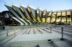 Escuela John Curtin tiene sede en Melbourne, Australia. - fachada crea una sensación de movimiento a a través de la serie de volúmenes.