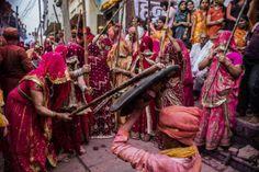 Una mujer golpea el escudo de un hombre, en un acto callejero del festival
